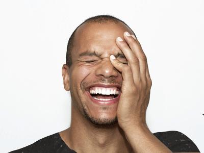 beneficios de la risoterapia chico risa bonita