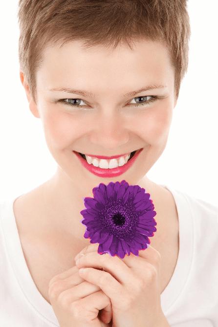 beneficios-risoterapia-chica-risa-flor