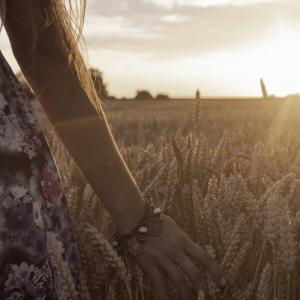 mujer hierba crecer